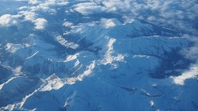Paesaggio delle alpi in Europa durante la stagione invernale con neve fresca dalla finestra dell'aeroplano Immagini Stock Libere da Diritti