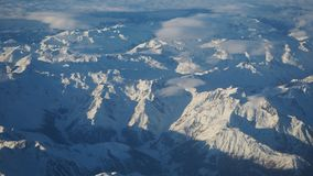 Paesaggio delle alpi in Europa durante la stagione invernale con neve fresca dalla finestra dell'aeroplano Fotografie Stock