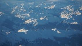 Paesaggio delle alpi in Europa durante la stagione invernale con neve fresca dalla finestra dell'aeroplano Immagine Stock Libera da Diritti