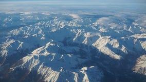 Paesaggio delle alpi in Europa durante la stagione invernale con neve fresca dalla finestra dell'aeroplano Fotografie Stock Libere da Diritti