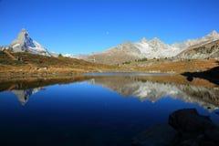 Paesaggio delle alpi pure ~ vista stupefacente della montagna il Cervino & delle riflessioni sul lago Leisee a Sunnegga, Zermatt, Fotografia Stock Libera da Diritti