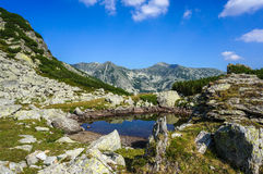 Paesaggio delle alte montagne con il lago Fotografie Stock