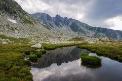 Paesaggio delle alte montagne con il lago Immagine Stock Libera da Diritti