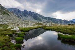 Paesaggio delle alte montagne con il lago Immagine Stock
