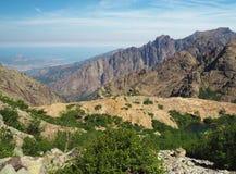 Paesaggio delle alte montagne, orizzonte di mare, lago blu della montagna, gree Immagine Stock