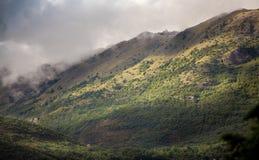 Paesaggio delle alte montagne sviluppate con erba coperta di nuvole Immagine Stock Libera da Diritti