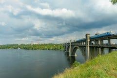 Paesaggio delle banche del Dnieper prima della pioggia Immagini Stock Libere da Diritti