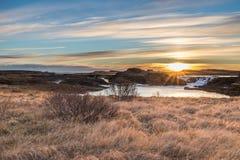Paesaggio delle cascate e dei fiumi in terre islandesi immagine stock