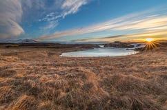 Paesaggio delle cascate e dei fiumi in terre islandesi fotografie stock libere da diritti