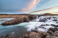 Paesaggio delle cascate e dei fiumi in terre islandesi fotografia stock libera da diritti