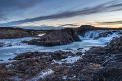 Paesaggio delle cascate e dei fiumi in terre islandesi fotografia stock