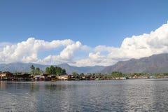 Paesaggio delle case galleggianti su Dal Lake a Srinagar Fotografia Stock Libera da Diritti