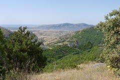 Paesaggio delle catene montuose asciutte davanti al golfo del mare nella distanza Fotografia Stock Libera da Diritti