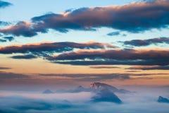 Paesaggio delle colline con l'inversione fotografia stock