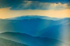 Paesaggio delle colline della montagna nebbiosa alla distanza Fotografie Stock