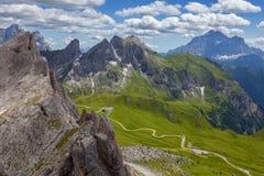 Paesaggio delle dolomia con la strada della montagna. L'Italia Fotografie Stock Libere da Diritti