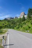 Paesaggio delle dolomia con la strada della montagna. L'Italia Immagine Stock Libera da Diritti