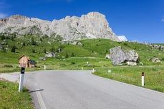 Paesaggio delle dolomia con la strada della montagna. L'Italia Immagini Stock Libere da Diritti
