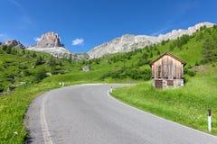 Paesaggio delle dolomia con la strada della montagna. L'Italia Immagine Stock
