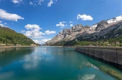 Paesaggio delle dolomia Italia della montagna del lago di un lago Fedaia Immagine Stock