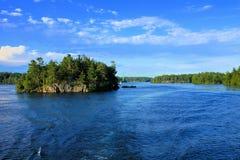 Paesaggio delle mille isole durante l'estate lungo il confine americano canadese fotografia stock libera da diritti