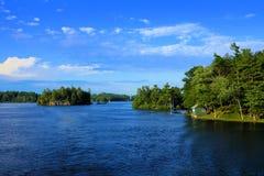 Paesaggio delle mille isole durante l'estate lungo il confine americano canadese fotografie stock