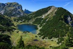 Paesaggio delle montagne con un piccolo lago L'Austria, Tirolo, lago Zirein Immagini Stock Libere da Diritti