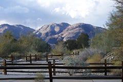 Paesaggio delle montagne con un recinto marrone Fotografie Stock