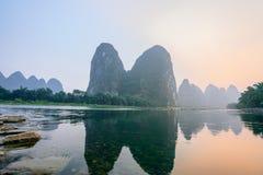 Paesaggio delle montagne del Landform di morfologia carsica a Guilin, il Guangxi, Cina fotografie stock libere da diritti