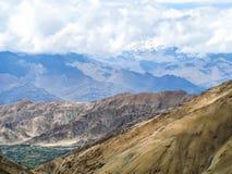 Paesaggio delle montagne della roccia con neve fotografia stock