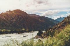 Paesaggio delle montagne di Altai e del fiume di Katun Fotografie Stock