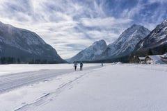 Paesaggio delle montagne di inverno con la pista governata dello sci Immagine Stock Libera da Diritti