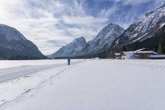 Paesaggio delle montagne di inverno con la pista governata dello sci Fotografia Stock