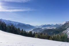 Paesaggio delle montagne di inverno in giorno pieno di sole Immagini Stock Libere da Diritti