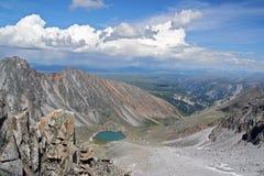 Paesaggio delle montagne di Sayan, vicino al pho del confine del Russo-Mongolian immagini stock