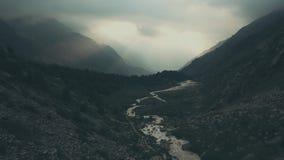 Paesaggio delle montagne di vista aerea Escursione del gruppo che cammina sulla traccia di montagna video d archivio