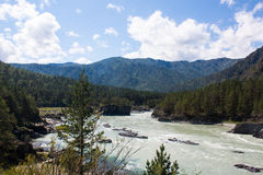 Paesaggio delle montagne e del fiume agitarsi Fotografia Stock