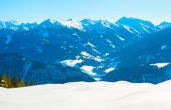Paesaggio delle montagne nel tempo della neve di inverno Immagine Stock
