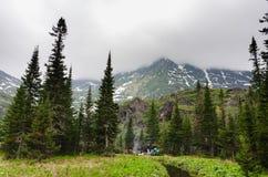Paesaggio delle montagne riflesse nell'acqua Immagine Stock