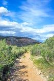 Paesaggio delle montagne rocciose e di belle nuvole bianche Fotografia Stock