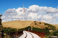 Paesaggio delle turbine di vento e della ferrovia Fotografia Stock