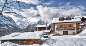 Paesaggio dello Snowy delle alpi italiane sull'inverno Immagine Stock