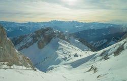 Paesaggio dello svizzero ad erba medica dopo il min 45 in cabina di funivia Immagini Stock