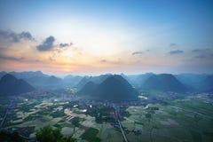 Paesaggio di alba del Vietnam con il giacimento del riso e montagna in valle di Bac Son nel Vietnam Immagine Stock