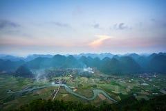 Paesaggio di alba del Vietnam con il giacimento del riso e montagna in valle di Bac Son nel Vietnam Fotografia Stock Libera da Diritti