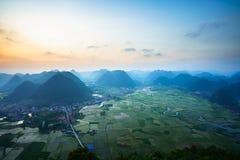 Paesaggio di alba del Vietnam con il giacimento del riso e montagna in valle di Bac Son nel Vietnam Fotografie Stock
