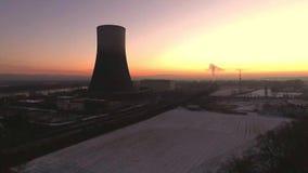 Paesaggio di alba di alba di tramonto della centrale atomica di inverno del fuco di Aearial video d archivio