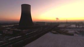Paesaggio di alba di alba di tramonto della centrale atomica di inverno del fuco di Aearial stock footage