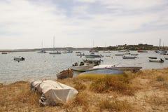 Paesaggio di Algarve - barche, mare e Portogallo sole- Fotografia Stock