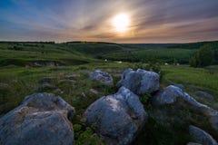 Paesaggio di alone della luna delle pietre di notte immagini stock